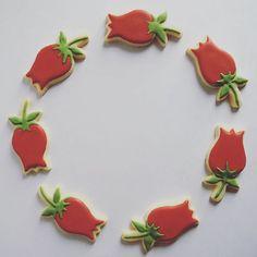 Tulip Cookies Cabo, Tulip, Cookies, Rose, Instagram Posts, Desserts, Red Roses, Top Coat, Flower Tutorial