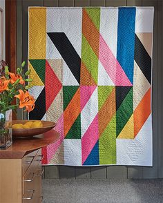 Contemporary poster designs and paintings inspired Silvia Sutters when she designed this modern quilt, perfect for a bed or throw. Big Block Quilts, Strip Quilts, Mini Quilts, Antique Quilts, Vintage Quilts, Do It Yourself Videos, Arrow Quilt, Quilt Modernen, Geometric Quilt
