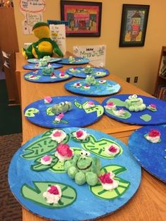 Claude Monet lily pads with frogs: Jamestown Elementary Art Kindergarten Art, Preschool Art, Claude Monet, Monet Lily Pads, Elementary Art Lesson Plans, First Grade Art, Frog Art, Art Sculpture, Paper Sculptures
