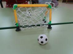 Portería y una pequeña pelota, para practicar el soplo marcando goles