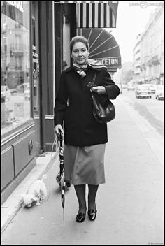 Maria Callas à Paris en Broken-hearted. Her life story, the epitome of a Greek tragedy. She was to die 2 years later as a recluse in her Paris apartment. Maria Callas, Meryl Streep, Paris Film, Opera News, Famous Women, Famous People, Matou, Ingrid Bergman, Concert