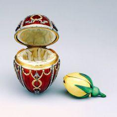 """Am 30. Mai 1846 wurde in Russland eins der bekanntesten Juweliere der Welt, Peter KArl Faberge. Die bekanntesten seiner Arbeiten sind """" Faberge Eier """". Diese Kollektion wurde zwischen 1885 und 1917 für die Familie Imperators und privaten Käufer. Der Welt sind insgesamt 71 Exemplare bekannt, 52 davon gehörten der Familie Imperators Alexander III"""