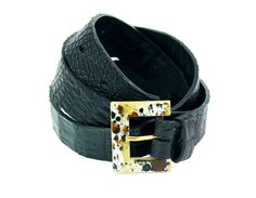 Cinto em couro de jacaré e fivela de acrílico da Lia Marchese. Alligator leather belt and acrilic buckle by Lia Marchese.