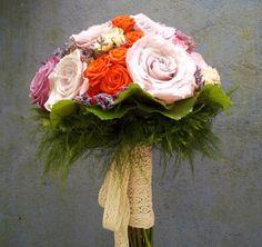 Ramo de novia tipo bouquet con rosas rosadas, naranjas y toques lilas de Viveros Tormes #ramodenovia #bridalbouquet #tendenciasdebodas