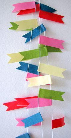 guirnalda con pequeñas cintas de colores