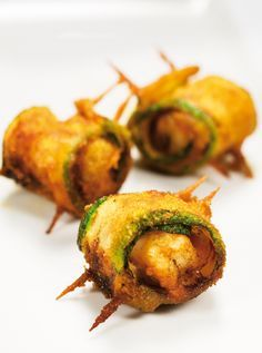 Zucchini stuffed with bacon and prawns. - Calabacín relleno con beicon y langostinos. Cooking Time, Cooking Recipes, Healthy Recipes, Good Food, Yummy Food, Spanish Tapas, Tapas Bar, Sweet And Salty, Food Porn