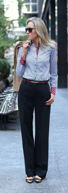 Linhas verticais duplamente. A camisa atua como uma linha vertical, por conta dos botões direcional o olhar de cima para baixo e as linhas na camisa ao serem verticais assumem o papel também. Alonga e afina silhueta!!!