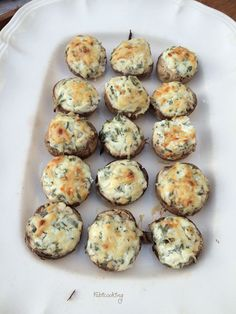 Champignons farcis au fromage frais et fines herbes et passés au four pour un délicieux apéritif