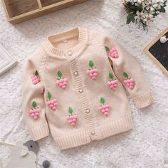 Image baby cardigan long hosted in Life Trends 1 Baby Cardigan, Knit Baby Dress, Baby Pullover, Baby Outfits, Kids Outfits, Baby Knitting Patterns, Baby Coat, Baby Sweaters, Cardigan Sweaters