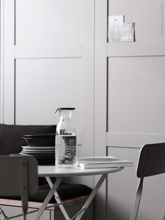SÄVEDAL dörr, målad i en varmgrå nyans, bildar väggpanel. Sittbänken har vi byggt av METOD väggskåp och SÄVEDAL målade i samma nyans som väggpanelen.