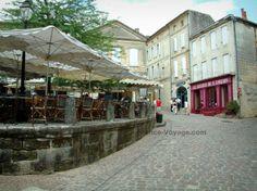 Saint-Émilion: Rue pavée avec terrasse de café et maisons - France-Voyage.com