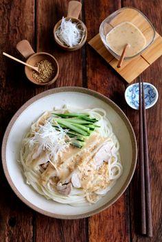 棒棒鶏風蒸し鶏のごまだれそうめん。 by 栁川かおり / 大きな蒸し鶏をのせたボリュームたっぷりのそうめん。中華風のごまだれは蒸し鶏の蒸し汁も入れて旨みアップ!少し太めのそうめんや冷麦が合いますよ。 / Nadia