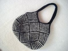 This is a beautiful purse and appears to be simple.Entrelac or weaving strips… Knitting Patterns Free, Knit Patterns, Free Knitting, Triangle Bag, Knitted Flowers, Simple Bags, Knitting Accessories, Garter Stitch, Knitted Bags