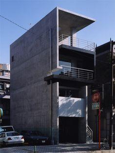 狭小住宅をデザインする | 鉄筋コンクリート住宅のイサホーム Innovative Architecture, Minimal Architecture, Residential Architecture, Amazing Architecture, Architecture Design, Narrow House Designs, Narrow Lot House Plans, Japanese Modern House, Small Modern Home