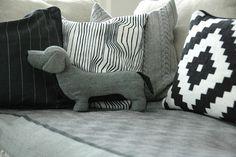 Nyt kyllä tämä tyyny on pakko saada. Rotu ja kuosi mätsää täydellisesti! I love it! Sissille tietty oma :)