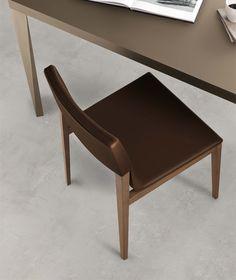 Sedia con struttura in legno massello.