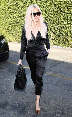 Khloe Kardashian from The hottest photos! The reality star bomb, looking specta… Khloe Kardashian from The hottest photos! The reality star bomb, looking spectacular with its platinum waves during a lunch with her sister Kourtney in Beverly Hills. Celebrity Style Casual, Celebrity Outfits, Celebrity Look, Estilo Khloe Kardashian, Kardashian Jenner, Mode Alternative, Classy Yet Trendy, All Black Outfit, Black Outfits
