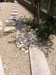 通路を兼ねた和室前の庭