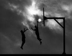 Jouer au basket avec la lune