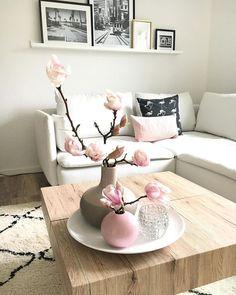 Pure Eleganz! Die Vase Ball in blassem Rosa überzeugt mit ihrem zeitlosen und eleganten Design auf ganzer Linie! Kombiniert mit frischen Blumen, gestylt auf einem tollen Tablett verwandelt sie jeden Couchtisch in einen absoluten Eyecatcher. // Wohnzimmer Sofa Teppich Couchtisch Beistelltisch Kissen Bilder GalleryWall Bilderwand Rosa Weiss BeniOurain WohnzimmerIdeen Ideen #Wohnzimmer #WohnzimmerIdeen #Sofa #Teppich #BeniOurain #Couchtisch #Beistelltisch #Kissen #Bilder #GalleryWall…