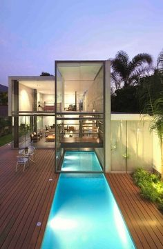 I the outdoor/indoor pool. San Isidro-based studio Doblado Arquitectos has designed the House in La Planicie project. Completed in 2011 this square foot contemporary house is located in La Planicie, La Molina, Lima, Peru. Architecture Design, Amazing Architecture, Minimalist Architecture, Container Pool, Container Homes, Casas Containers, Cool Pools, Pool Designs, Outdoor Pool