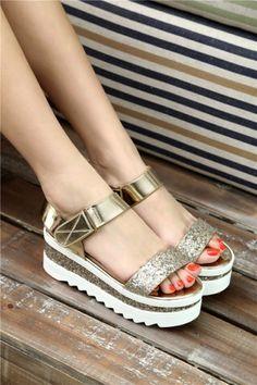Sandales à plateforme doré. @lysboon #sandals #shoes #heels #fashion #musthave