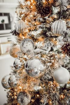 Flocked Christmas Trees Decorated, White Christmas Trees, Christmas Tree Themes, Christmas Mood, Noel Christmas, First Christmas, Christmas Wreaths, Christmas Bulbs, Outdoor Christmas