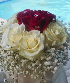 bouquet per la sposa con rose rosse, rose bianche, gypsophila, punti luce e organza