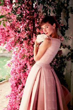 Audrey Hepburn / Glamour magazine shoot / Photo by Norman Parkinson Audrey Hepburn Mode, Audrey Hepburn Photos, Audrey Hepburn Dresses, Audrey Hepburn Givenchy, Audrey Hepburn Wallpaper, Pink Love, Pretty In Pink, Pink Fashion, Vintage Fashion