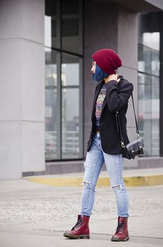 Doc Martens have been in style for almost 60 years, discover what made them so popular. We also discuss how to wear them in style! Rock Outfits, Blazer Outfits, Casual Outfits, Cute Outfits, Fashion Outfits, Blazer Fashion, Dr Martens Outfit, Alternative Mode, Alternative Fashion