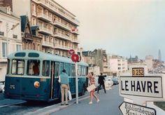 Arrêt de bus/ Crédit: le Havre Inédit Le Havre, Street View, France, Balcony, Image, Garden, Ocean Activities, Bus Stop, Normandie