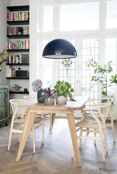 ZWAARTAFELEN I GROEN WONEN I Geweldige Scandinavische eettafel voor Interiorjunkie! I Deze tafel heet Retro en is gemaakt van massief rustiek eiken I Door de ronde vormen, is de tafel speels en oogt de tafel lekker licht! I Net als al onze tafels, is de Retro handgemaakt en natuurlijk met heel veel liefde I Wil je mee inspiratie opdoen, kijk dan op www.zwaartafelen .nl I Langskomen mag natuurlijk ook in onze showroom in Amersfoort I