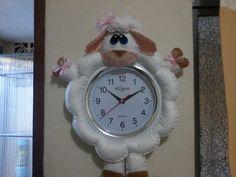 RELOGIO FELTRO - Pesquisa Google Christmas Clock, Christmas Crafts, Farm Crafts, Diy And Crafts, Google Christmas, Batman Minion, Owl Pillow, Felt Art, Cold Porcelain