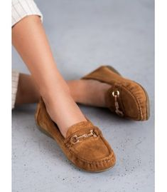 Classic women's loafers in brown. The shoes are made of top-quality ecological suede leather. Thanks to the metal decorative elements, this model looks particularly elegant. Types Of Heels, Model Look, Heeled Loafers, Artificial Leather, Loafers For Women, Spring Summer Fashion, Suede Leather, Moccasins, Beige