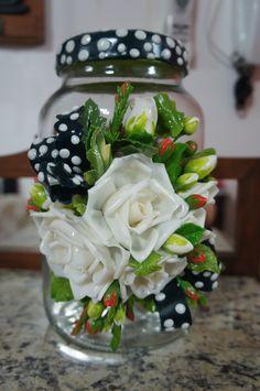Vidro decorado flores brancas em biscuit.