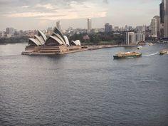 El edificio de la Opera de Sydney visto desde el puente de la bahía