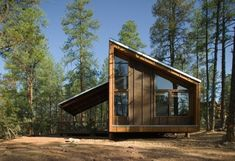 Photo by Bill Timmerman Cottage Design, Tiny House Design, Haus Am Hang, Weekend House, Tiny House Cabin, Cabins In The Woods, Green Life, Ideal Home, Exterior Design