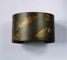 Manchette gravée de colibris.