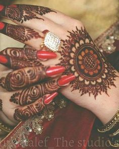 New and Trendy Bridal Mehndi designs that will rule hearts! Circle Mehndi Designs, Round Mehndi Design, New Bridal Mehndi Designs, Engagement Mehndi Designs, Finger Henna Designs, Henna Art Designs, Mehndi Designs For Girls, Mehndi Designs 2018, Mehndi Designs For Beginners