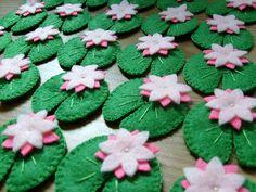 lots of felt lily pads Felt Diy, Felt Crafts, Felt Flowers, Fabric Flowers, Felt Play Mat, Play Mats, Toy Craft, Felt Ornaments, Felt Animals