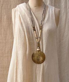 Collier ethnique:Pendentif en bronze martelé monté sur fil de lin - amalthee-creation