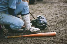 いよいよ今日から甲子園での高校野球が始まりますね 皆さんは高校野球がなぜ甲子園で開催されるのか疑問に思ったことはありませんか 大阪府の豊中グラウンドという小さな球場で開催されていたそうですが収容人数が不足してきたことと水はけの問題で阪神電鉄が建設した甲子園で行うことになったようですね ちなみに甲子園球場って4万7508人も収容する日本最大の野球場なんだそうですよ
