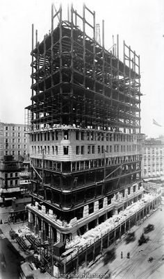 vintage everyday: Old Photos of the Flatiron Building Under Construction, New York City, 1902 Flatiron Building, Monuments, Eastman House, Ville New York, Unusual Buildings, Small Buildings, Vintage New York, Civil Engineering, Under Construction