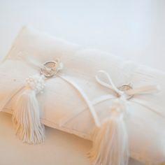 リングピローに特にこだわりが無かったというご新婦さまは、シャングリ・ラ ホテル 東京よりレンタルされたそうです。白いリングピローは、シンプルで良かったとのこと。 Ring Pillow Wedding, Wedding Pillows, Ring Pillows, Cushion Ring, Ring Bearer, Napkin Rings, Rustic Wedding, Ivory, Wedding Rings