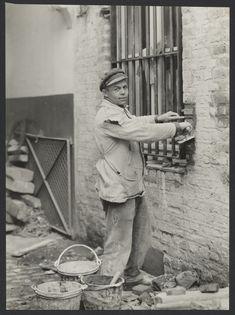 [Bricklayer, Cologne  (Maurer, Köln)]; August Sander (German, 1876 - 1964); 1929; Gelatin silver print; 17.1 x 16.4 cm (6 3/4 x 6 7/16 in.); 84.XM.126.477; Copyright: © J. Paul Getty Trust