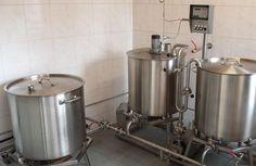 Metzler Brauanlagen. This system is enhanced with one additional pot where the wort after lautering is collected and later cooked. This enables to start the next brewing operation of 150l as early as the mash has been pumped into the lauter tun. It therefore makes sense when several brewing operations are to be made.