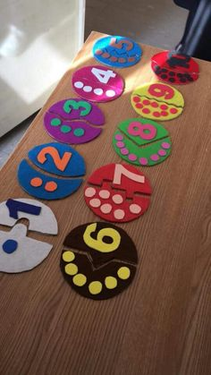 This math pin provides directions and suggestions regarding how to use fine motor skills to sort and count out based on the number labeled (can be applied in small groups, or individually). PINNED BY: OLIVIA PASKO Preschool Learning Activities, Infant Activities, Educational Activities, Preschool Activities, Teaching Kids, Counting Activities, Math For Kids, Crafts For Kids, Craft Kids