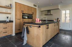 Keuken in geborsteld eiken Glass Room, Credenza, Buffet, Kitchen Island, Kitchen Cabinets, Kitchen Ideas, Kitchens, Kitchen Modern, Dining Room