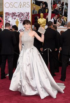 Oscar 2015: uma volta pelo red carpet da premiação do cinema - Vogue | Red carpet.  Felicity Jones de Alexander McQueen