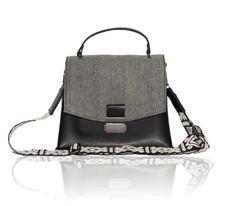 Bonendis Kate Handbag, μια χειροποίητη γυναικεία τσάντα από οικολογικό ανακυκλωμένο δέρμα και καπάκι από βαμβακερό ύφασμα σε σχέδιο ψαροκόκαλο. Εσωτερική θήκη για μικροαντικείμενα και αυξομειούμενο υφαντό ιμάντα. Black Handbags, Handmade Bags, Drawstring Backpack, Tweed, Gym Bag, Backpacks, Black Purses, Handmade Handbags, Backpack